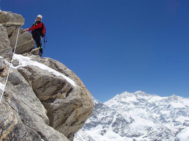 Carlos Soria en la reunion del segundo largo de la via con el Kangchenjunga al fondo.
